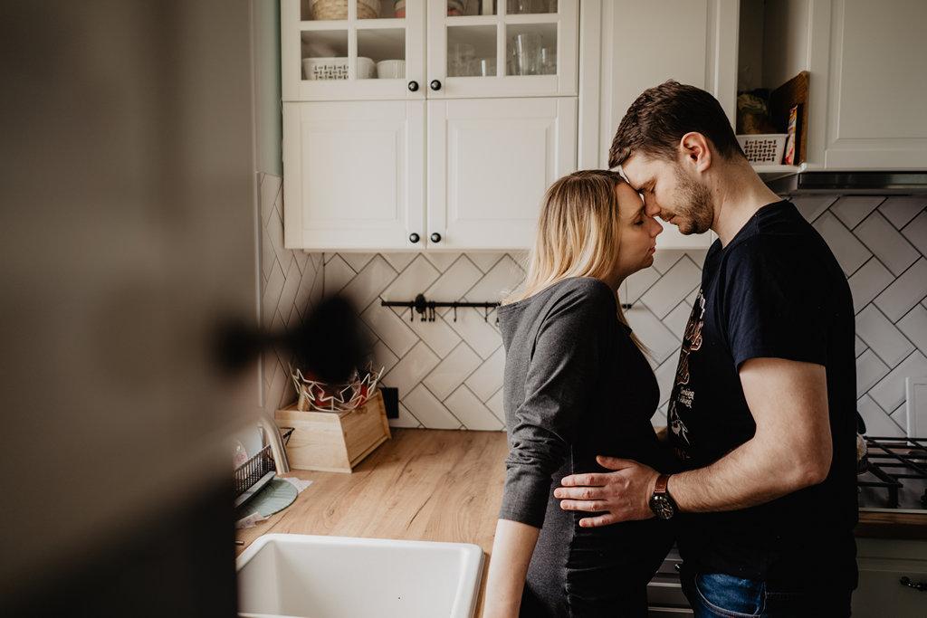 Karolina i Paweł – domowa sesja brzuszkowa – lifestyle – Puławy